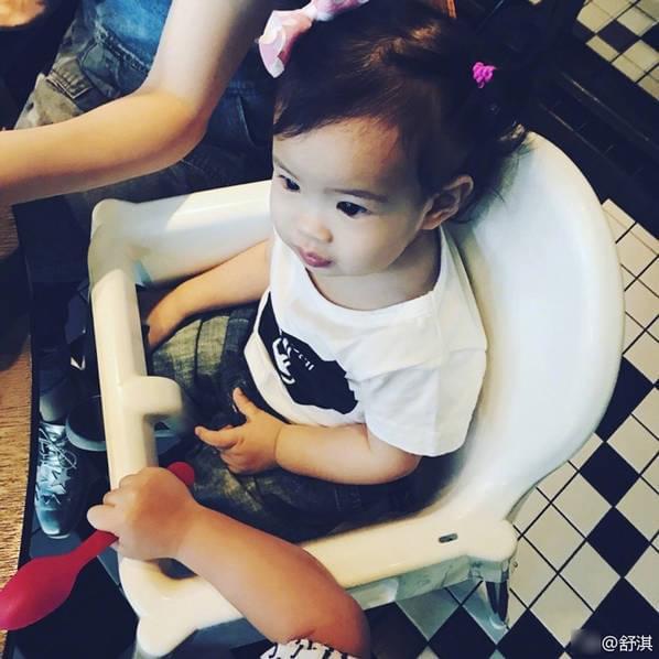 舒淇和张震女儿玩自拍 同时甜笑超有爱
