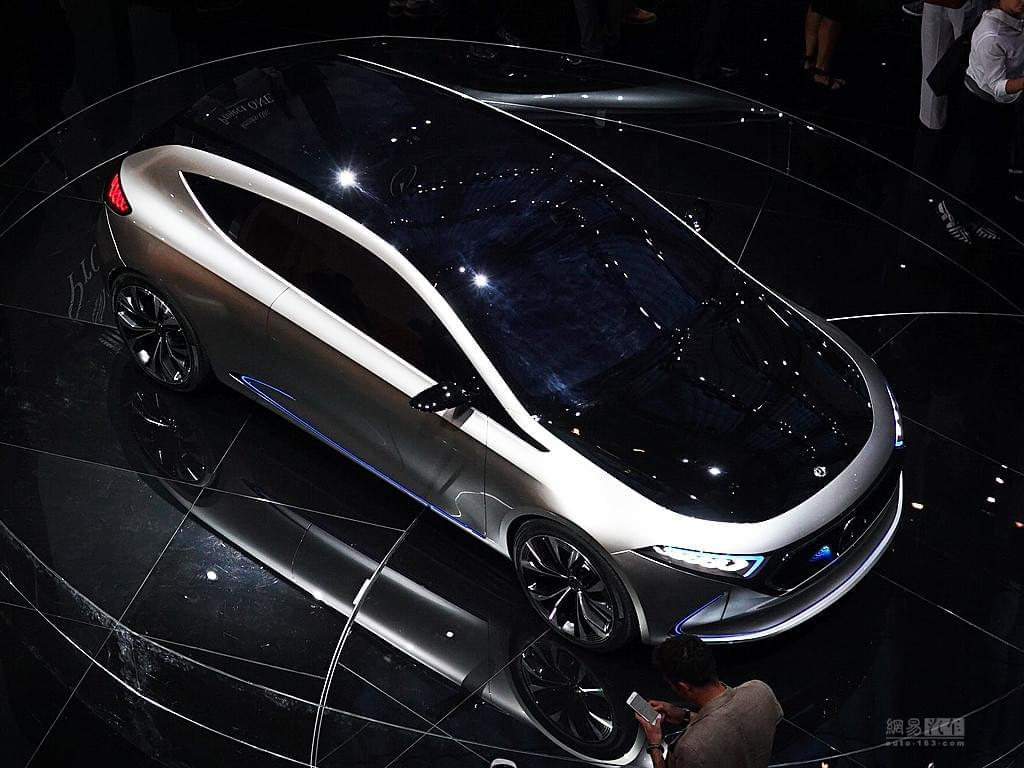 不仅车灯玩的溜 奔驰EQ A概念车正式亮相