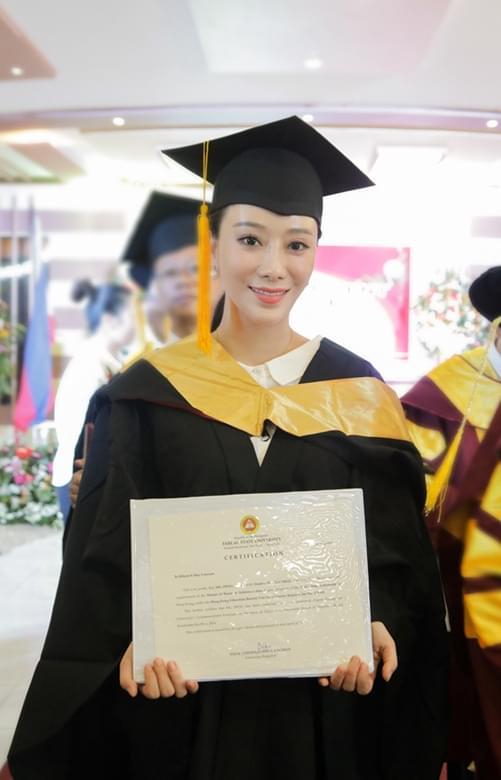 邓童天手持MBA硕士学位证书
