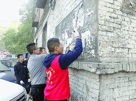 太原:大学生志愿者每周坚持为周边社区义务清洁