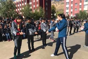 惠若琪青海支教 亲自教学生打排球