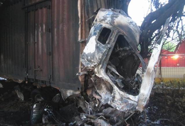 珠海大货车凌晨撞树自燃 司机当场烧亡