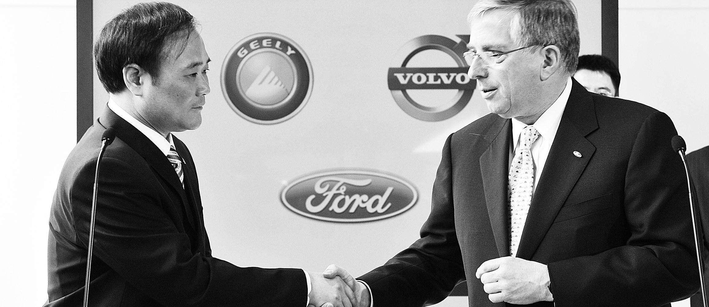 李书福从福特总裁穆拉利手中接过沃尔沃的品牌