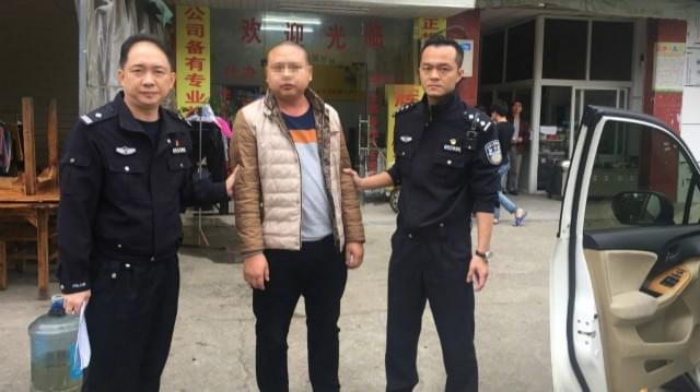 男子在深圳驾车冲卡 撞伤执勤辅警后逃逸