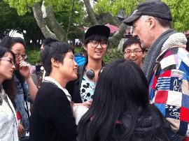 山西大学生在太原龙潭公园办免费英语角