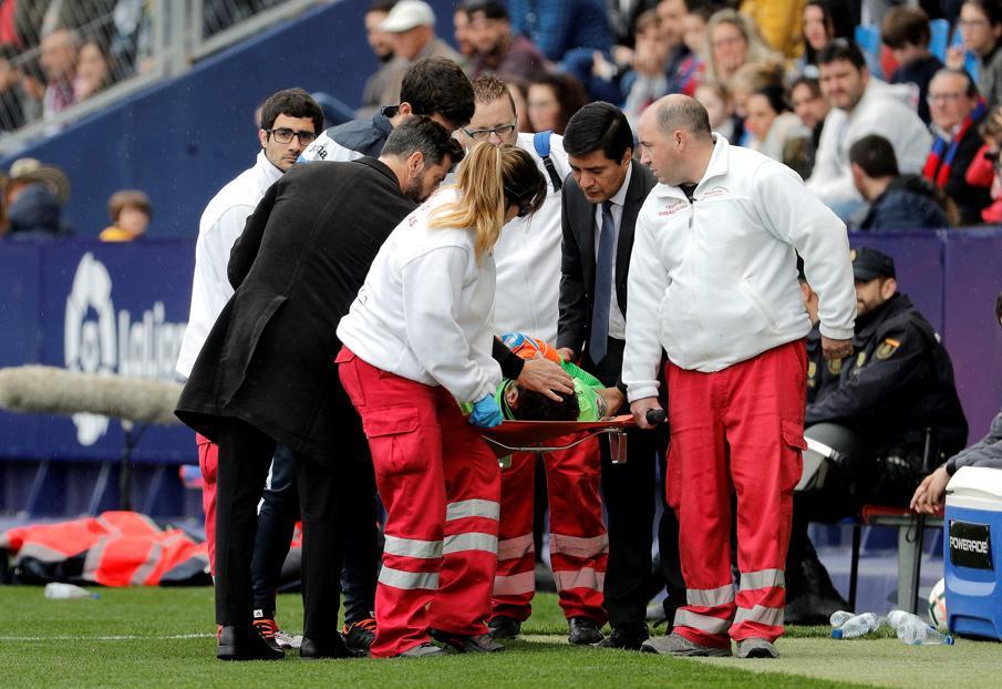 前皇马门神头部遭重击 当场昏迷紧急送医院救治