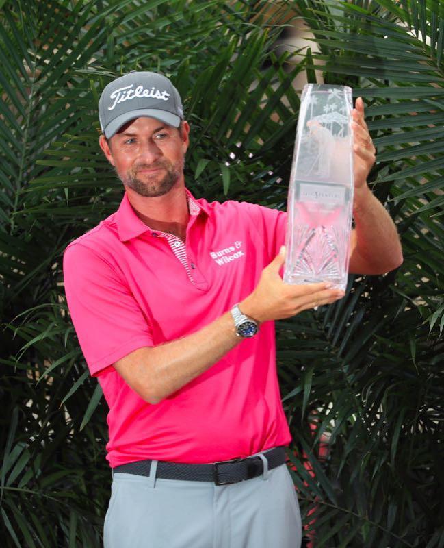 辛普森手持球员锦标赛冠军奖杯。Mike Ehrmann/Getty Images