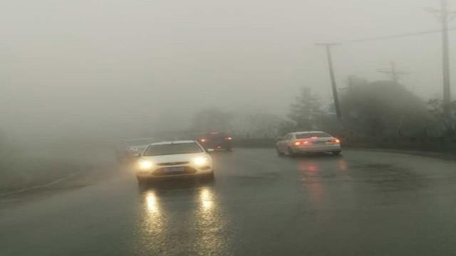 大雨降温 司机经过321国道要谨慎