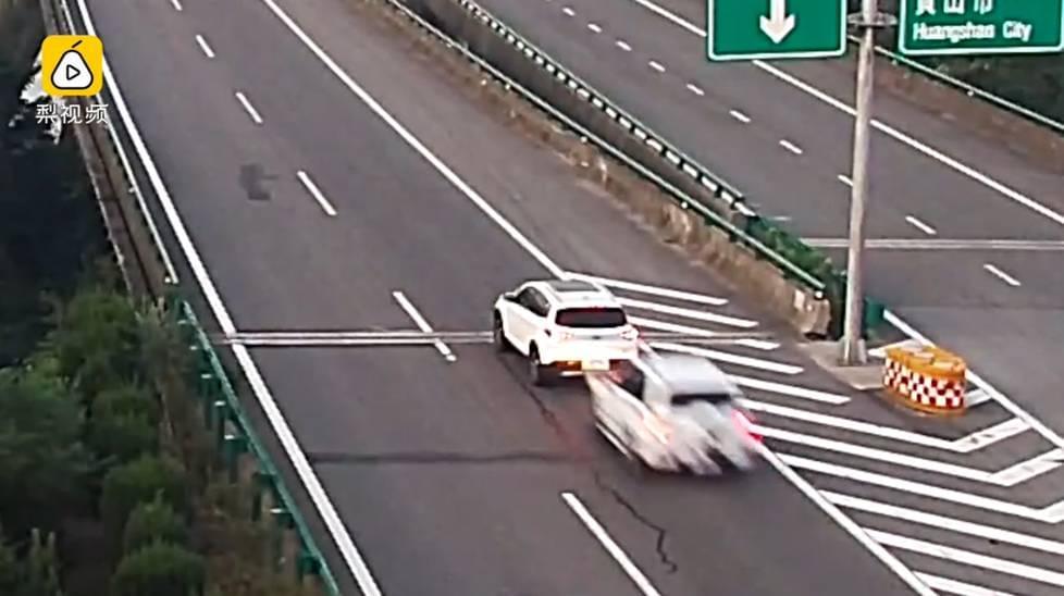 小车高速上倒车遭追尾 瞬间被撞烂!