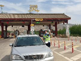民警为去往恒山 悬空寺的外地车辆提供出行路线