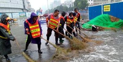 环卫工人24小时值班 风雨中为城市清洁护航