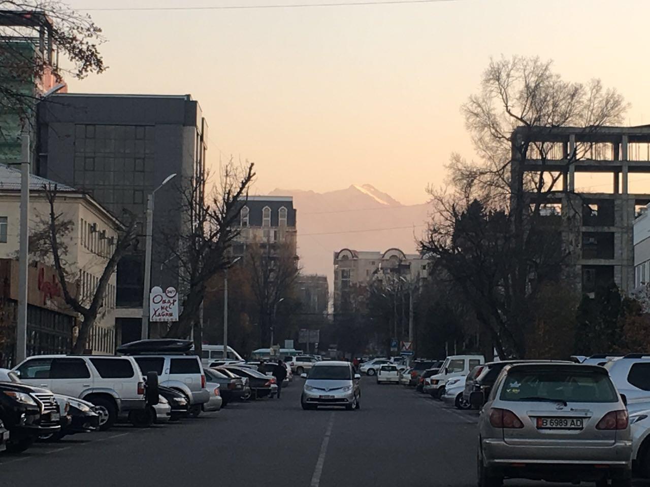 广场边上的街道,能看到远处群山上的积雪;这是天山山脉的一支