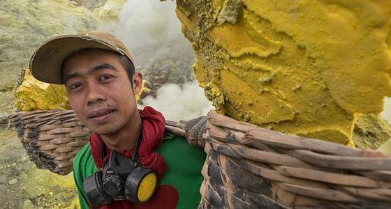冒火山喷发危险工作的印尼硫磺矿工
