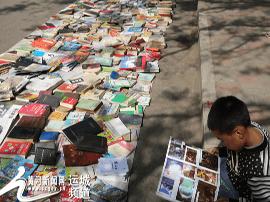 小书迷蹭书看 永济市古旧图书市场成假日新宠