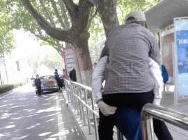 老人腿脚不便岛城公交司机背到站台