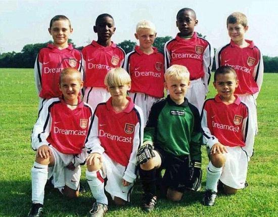 凯恩(前排左一)在阿森纳训练营