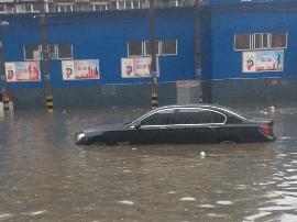 石家庄遇短时强降雨:部分公交停运、地铁口