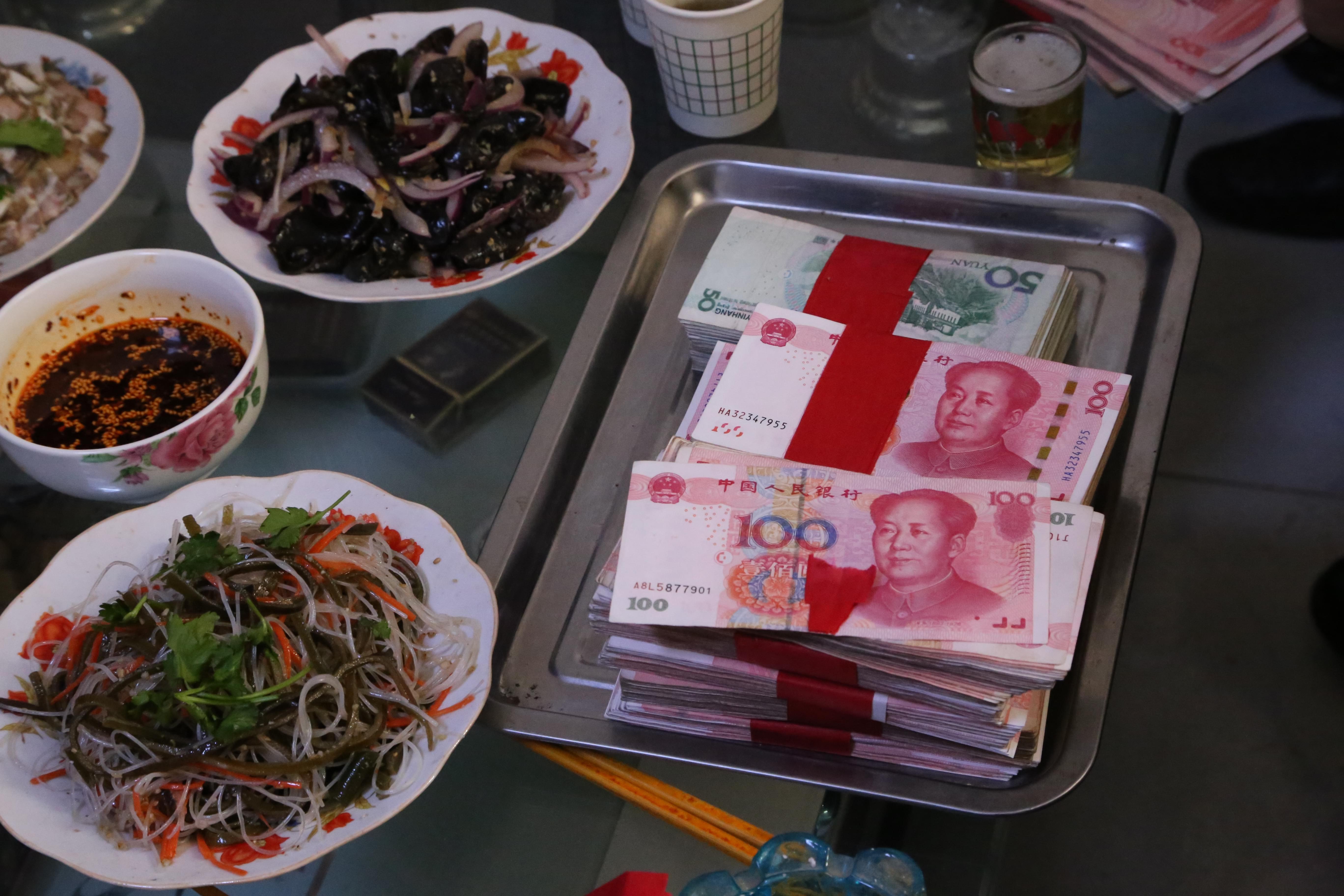 2017年2月2日,甘肃省平凉市崆峒区,某农村一小伙准备的彩礼钱。/视觉中国