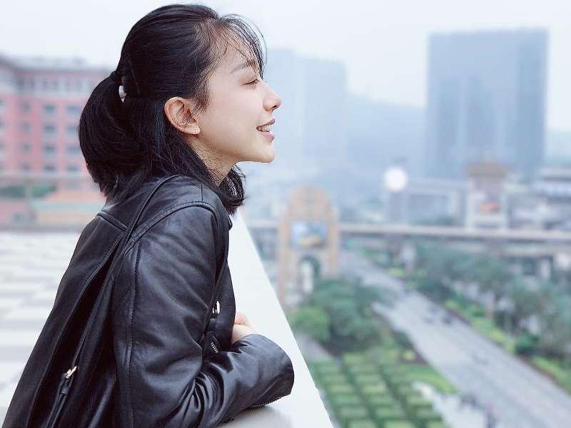 时尚编辑、业余模特、医美追随者,半个裁缝,热爱穿秋裤的东北姑娘,郭士语为自己打上了一系列标签。