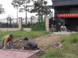 福州一汽车美容店铲绿化带铺地砖 称经物业默许