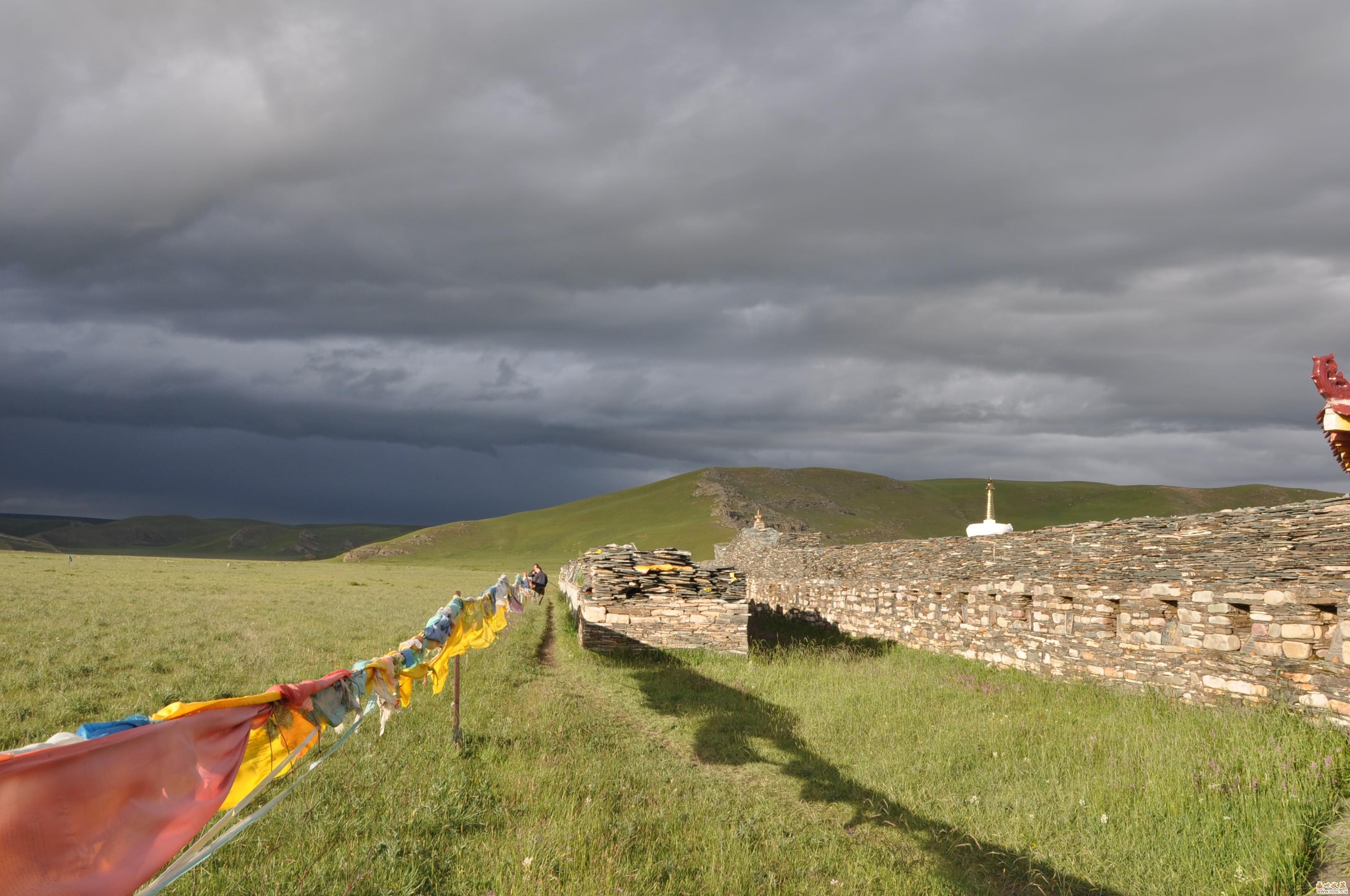 葛尔麻扎西家四代垒起的石经墙。(图:作者供图)