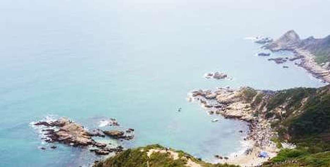 """航拍深圳东西涌海岸线 看山与海的""""最美相遇"""""""