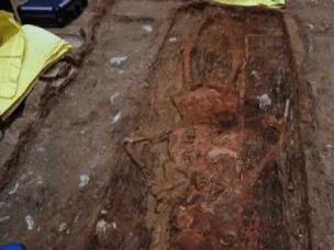 专家对山西两千多年怀胎入葬女尸提取DNA研究
