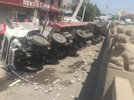 运城圣惠路立交桥一半挂车侧翻桥下 司机受轻伤