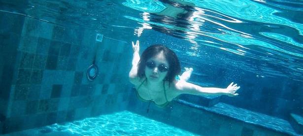 王子文晒完瑜伽晒游泳 身姿婀娜似美人鱼