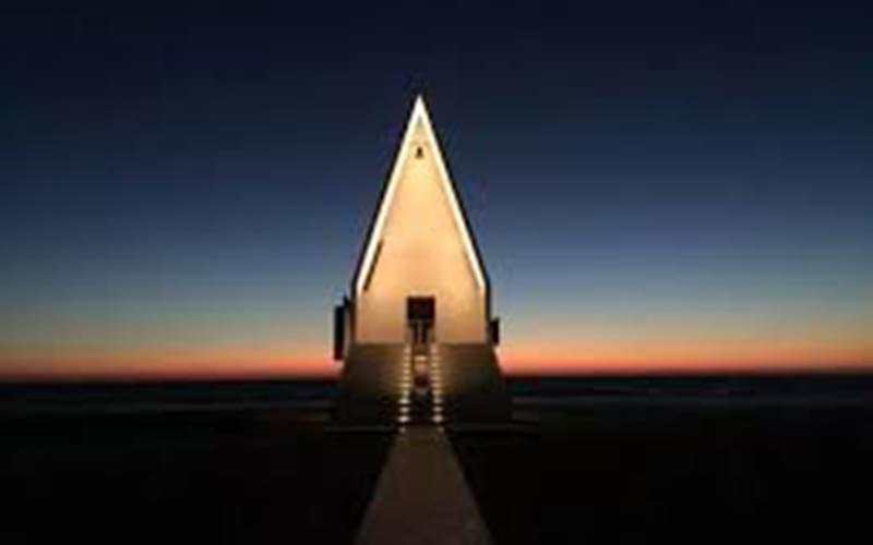 阿那亚的海边教堂,是董功的第二件作品。