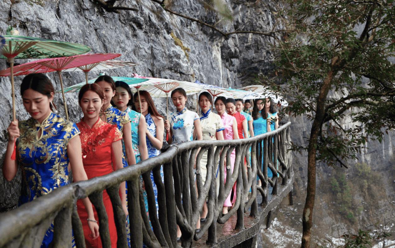 悬挂在海拔2000米的最长T台 美女穿旗袍上栈道