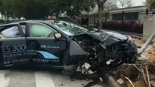 惨烈!南宁一豪车突然狂飙撞树 车毁人伤树根拔起