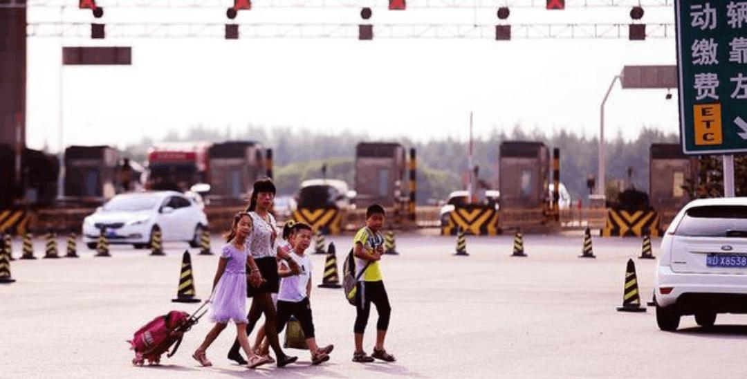 灞桥区百余小学生上学要横穿高速收费口