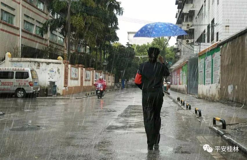 今日我当班 这么大的雨 这位女警匆匆去忙啥?