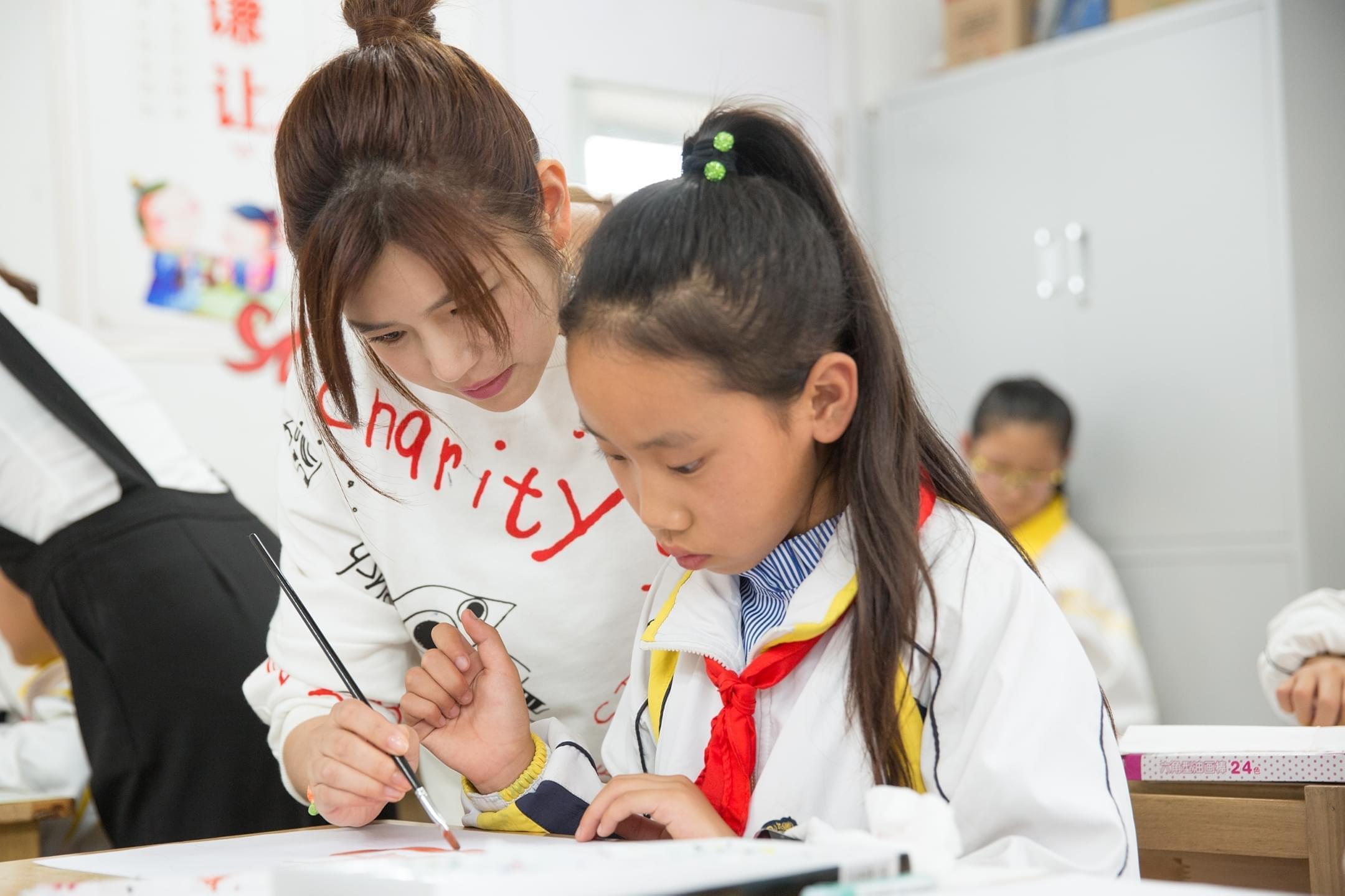 陈妍希探访贫困儿童 现场作画鼓励梦想自由飞翔