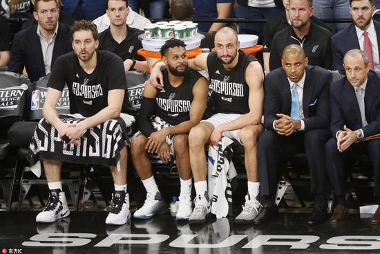 【影片】感動!波波問Ginobili是否要再打會 結果他卻揮了揮手拒絕-黑特籃球-NBA新聞影音圖片分享社區