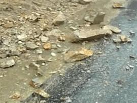 山体滑坡碎石滚落 交警徒手清障保畅