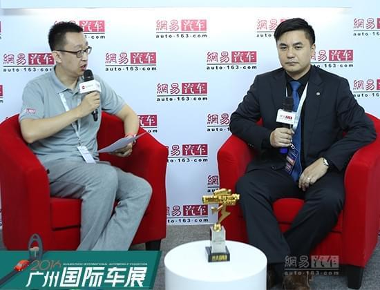 网易汽车主持人张扬(左)万力轮胎股份有限公司市场策划部部长 品牌总监 刘子欣(右)