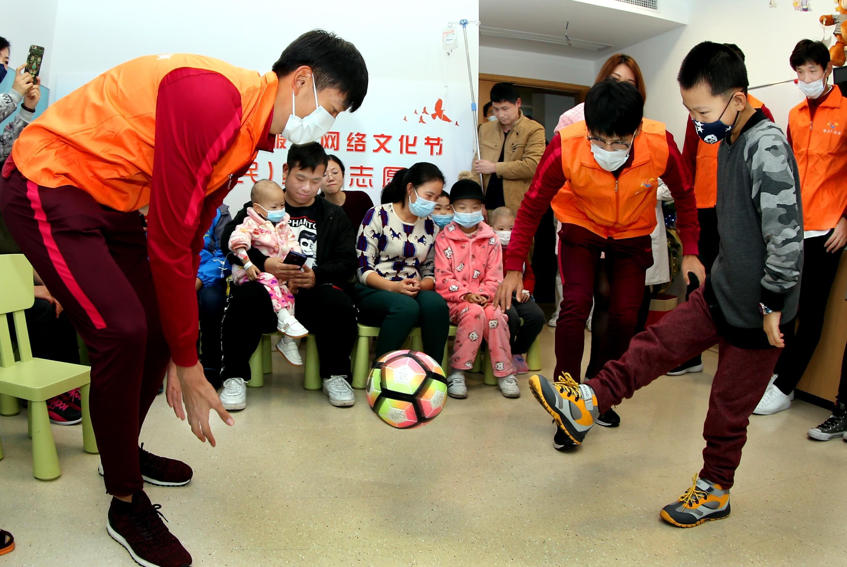 申城正能量!博阿斯携国脚前往儿童医院充当志愿者
