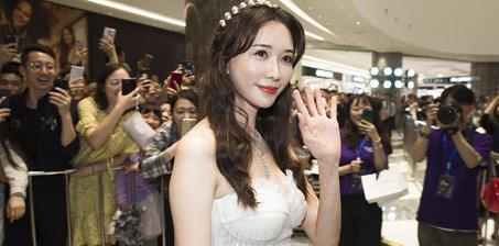 """林志玲""""520""""穿白纱裙似新娘"""