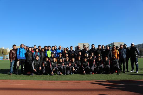 部分参会嘉宾和教练员与清华附中一体化学校足球队员合影