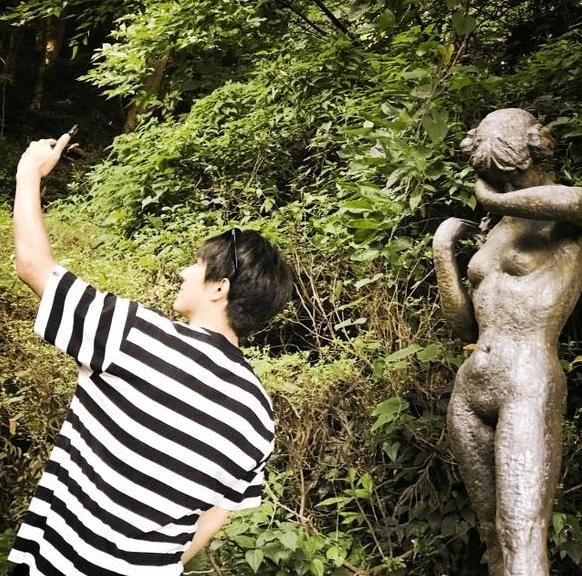 老司机!林更新与裸体雕像合影 笑称:姑娘别害羞
