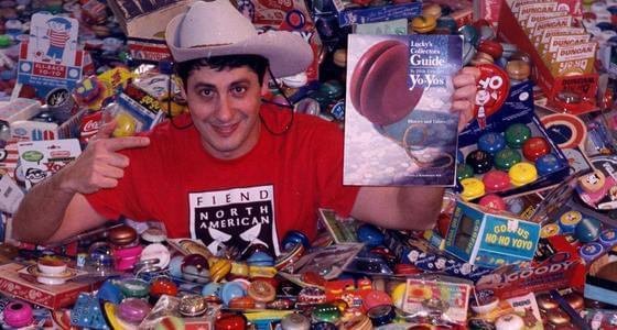 男子收集悠悠球:藏品过万 价值百万
