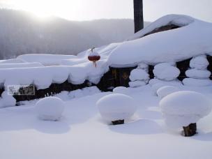 中国雪乡一年狂赚几亿钱,日本雪乡一年只点四夜灯