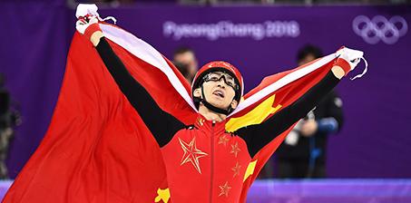 披国旗庆祝!武大靖破世界纪录 夺中国首金