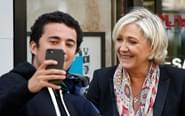 法国总统候选人与民众自拍