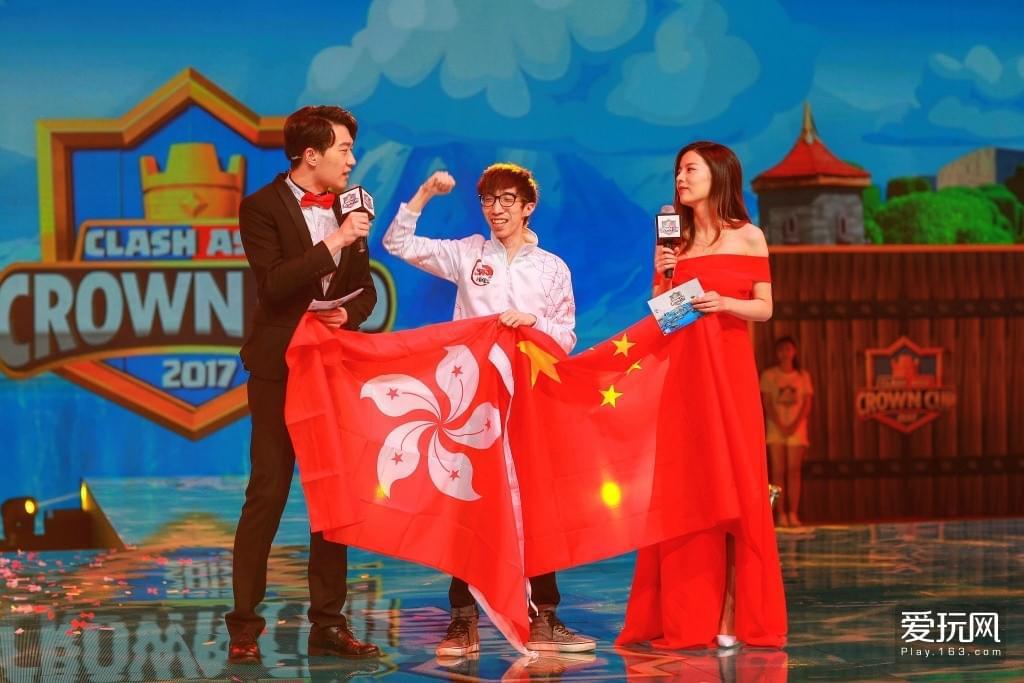 皇室战争亚洲杯现场,来自中国香港的职业选手Aaron庆祝夺冠