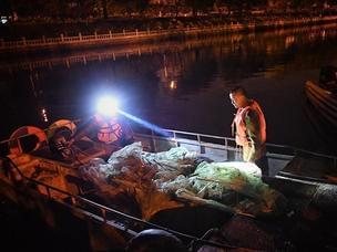 执法人员夜查非法捕鱼 有人半夜放地笼