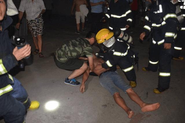 醉汉被困在着了火的房屋里,消防紧急救援