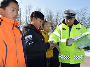 夏县交警:交通安全从娃娃抓起